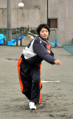 写真:ピッチング練習をする三浦さん=秋田北高校