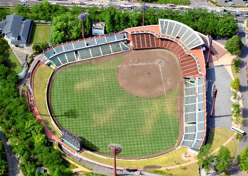 写真:来年のオールスター開催が有力視される開成山球場=郡山市、朝日新聞社ヘリから、福留庸友撮影