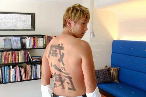 【動画】ブルゾンちえみ脇の芸人はアメフット元主将 背中で語る