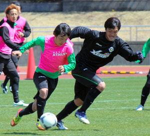 写真:今季のプレミアリーグで巻き返しを誓う東京ヴユの中島翔哉(左) 今季のプレミアリーグで巻き返