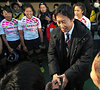 1日目の試合を終えた選手らを激励するスポーツ庁の鈴木大地長官=林敏行撮影
