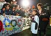 試合終了後、娘の明日香ちゃんと場内一周し、リオ五輪出場を祝福される兼松(右端)=林敏行撮影