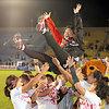 リオ五輪出場を決め、選手に胴上げされる浅見敬子ヘッドコーチ=林敏行撮影