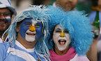 試合開始を待つアルゼンチンのサポーター=ロイター