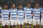 試合前、国歌斉唱するアルゼンチンの選手たち=ロイター