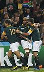 ピーターセン(中央)のトライに喜ぶ南アフリカの選手たち=ロイター
