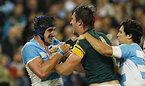 試合中、エキサイトする南アフリカのエツベス(中央)とアルゼンチンのラバニーニ(左)=ロイター