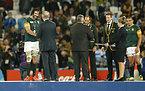試合後の表彰式で銅メダルを受け取り祝福される南アフリカのマットフィールド(左)ら=ロイター