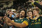試合後、ファンと写真撮影をする南アフリカのマットフィールド(中央)=ロイター