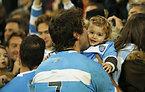 試合後、家族の元へ駆け寄ったアルゼンチンのフェルナンデスロベ=ロイター