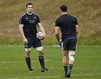 練習するニュージーランドのマコウ(左)とカーター=ロイター