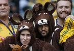 カンガルーのコスチュームを着て試合開始を待つオーストラリアのサポーター=AP