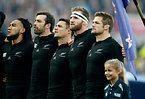 試合前、国歌斉唱するニュージーランドの(右から)マコウ主将、リード、カーター、C・スミス、ノヌー=AP