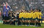 試合前、国歌斉唱で整列する両チーム=ロイター
