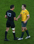 試合後、健闘をたたえるニュージーランドのカーター(左)とオーストラリアのフォーリー=ロイター