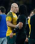 試合後、ニュージーランドのノヌーを祝福するオーストラリアのムーア主将(左)=AP