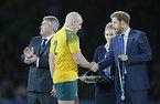 表彰式で握手を交わすヘンリー王子(右)とオーストラリアのムーア主将=AP