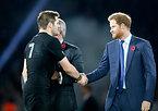 表彰式で握手を交わすヘンリー王子(右)とニュージーランドのマコウ主将=AP