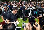 オークランドで開催された凱旋パレードでファンの写真撮影に応じるニュージーランドのカーター=AP