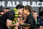 オークランドで開催された凱旋パレードでファンの子どもと鼻をこすりつけ挨拶を交わすニュージーランドのミルナースカッダー(左)=AP