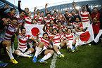 南アフリカに勝利し、喜ぶ日本の選手たち=ロイター