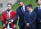 ウォリック城で歓迎レセプションに出席したリーチ主将(左から2番目)ら日本代表の選手たち=ロイター