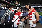 試合後、サポーターと喜ぶ日本の大野(右)=ロイター