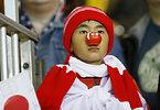 試合開始を待つ日本のサポーター=AP