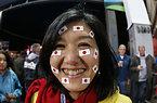 試合開始を待つ日本のサポーター=ロイター