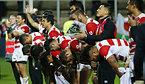 試合後、ファンに頭を下げる日本の選手たち=ロイター