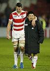 試合後、肩を組んで歩くトンプソン(左)と田中=ロイター