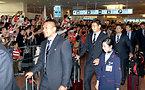 ファンの出迎えを受ける五郎丸歩選手(左から2人目)ら=13日午後3時30分、羽田空港の国際線ターミナル、竹花徹朗撮影