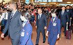 到着ロビーでファンの出迎えを受けたラグビー日本代表のエディ・ジョーンズヘッドコーチ(中央)と選手たち=13日午後3時29分、羽田空港の国際線ターミナル、竹花徹朗撮影