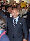 ファンに迎えられたラグビー日本代表のエディ・ジョーンズヘッドコーチ=13日午後3時29分、羽田空港の国際線ターミナル、竹花徹朗撮影