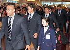 ファンの出迎えを受けるラグビー日本代表の五郎丸歩選手(左から2人目)ら=13日午後3時30分、羽田空港の国際線ターミナル、竹花徹朗撮影