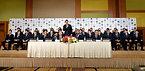 記者会見に臨むラグビー日本代表の五郎丸歩選手(中央)ら=13日午後、東京都港区、井手さゆり撮影