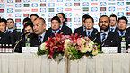 記者会見で質問に答えるラグビー日本代表のエディ・ジョーンズヘッドコーチ(手前左)と選手ら=13日午後5時49分、東京都港区、井手さゆり撮影