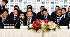 記者会見で笑顔をみせるラグビー日本代表のエディ・ジョーンズヘッドコーチ(前列中央)と選手ら=13日午後5時27分、東京都港区、井手さゆり撮影