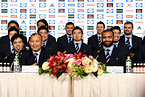 記者会見で笑顔をみせるエディ・ジョーンズヘッドコーチ(前列左)と五郎丸歩選手(中央)ら=13日午後5時20分、東京都港区、井手さゆり撮影