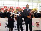 英国に向けて出発したラグビーの日本代表=2015年9月1日