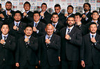 エディ・ジョーンズヘッドコーチ(前列中央)とリーチマイケル主将(右隣)らラグビーW杯日本代表の選手たち=2015年8月31日、西畑志朗撮影