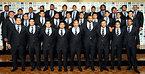 エディ・ジョーンズヘッドコーチ(前列右から5人目)とリーチマイケル主将(同4人目)らラグビーW杯日本代表の選手たち=2015年8月31日、西畑志朗撮影