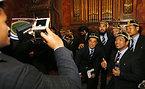 歓迎セレモニーで写真撮影をする日本代表の選手たち=ロイター