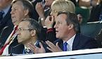 スタンドから声援を送る英国のキャメロン首相=ロイター