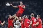 ラインアウトでボールに手を伸ばすイングランドのコートニー・ローズ=ロイター