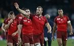 試合後、ファンに手を振るイングランドのクリス・ロブショー=ロイター