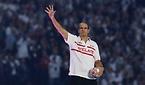 ファンに手を振る元イングランド代表選手のマーティン・ジョンソン氏=ロイター