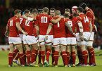 試合前、円陣を組むウェールズの選手たち=ロイター
