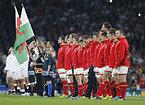 国歌斉唱するウェールズの選手たち=AP