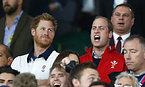 試合を観戦するヘンリー王子とウィリアム王子=ロイター